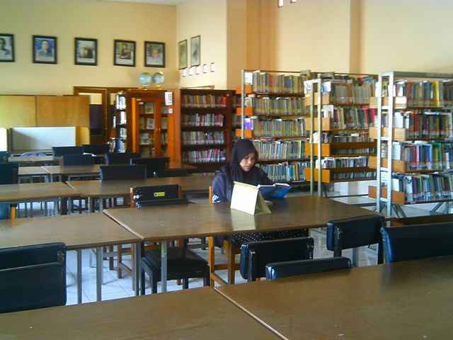 LENGANG: Salah seorang pengunjung sedang membaca buku di Perpustakaan Daerah Cianjur seorang diri.