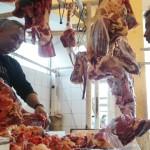TRANSAKSI : Pedagang daging sapi di pasar Cisaat sedang melakukan transaksi dengan konsumennya.