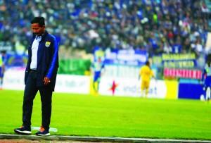 Pelatih Persib Bandung, Djadjang Nurdjaman tertunduk lesu setelah kekalahan Persib.