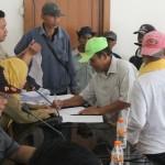 BANTUAN: Ratusan tukang becak mendapat bantuan dari Pemerintah Kota Sukabumi di Balai Kota.