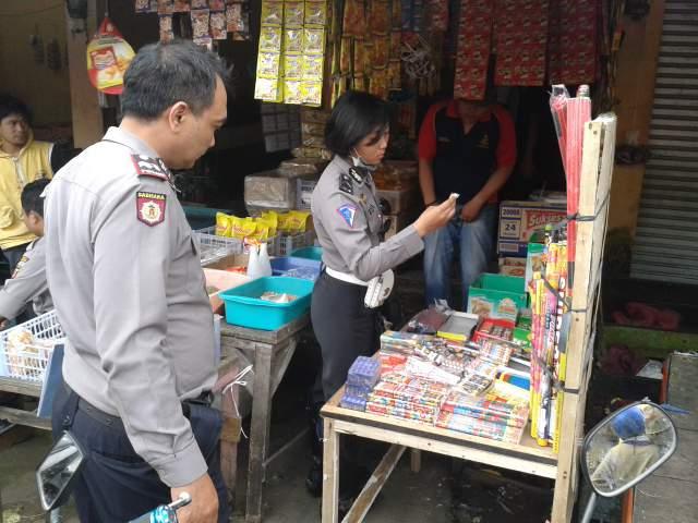 RAZIA : Petugas Polsek Cisaat saat menggelar razia petasan di kawasan Pasar Cisaat.