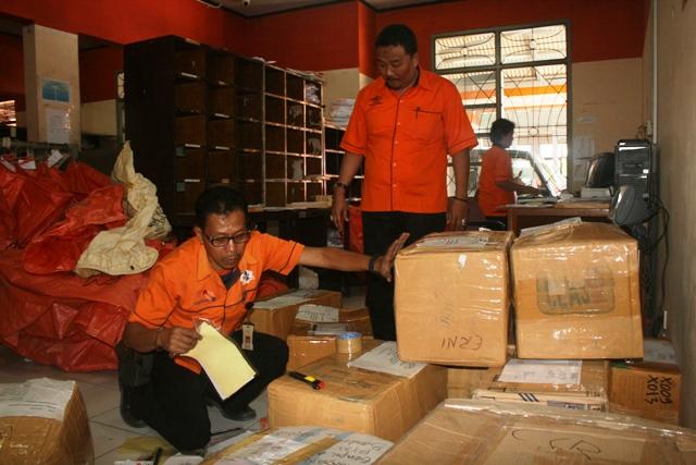 SIAP ANGKAT: Sejumlah pegawai Kantor Pos melakukan pengecekan barang di Kantor Pos Sukabumi, Jalan Ahmad Yani, Kamis (18/6). Foto:ikbal/radarsukabumi.