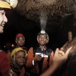 EDUKASI: Salah seorang pembimbing saat mengenalkan jenis bebatuan kepada para wisatawan yang mengunjungi Gua Buniayu.