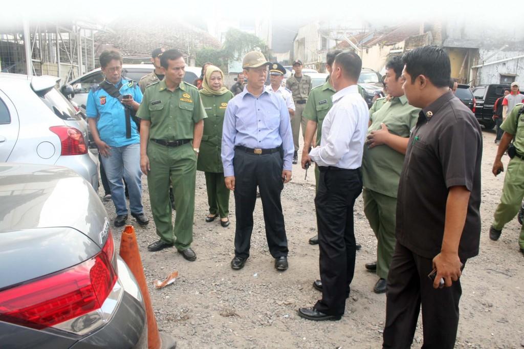 TINJAU: Walikota Sukabumi, M Muraz saat memantau ke areal parkir Supermall, beberapa waktu lalu. Foto:ikbal/radarsukabumi.