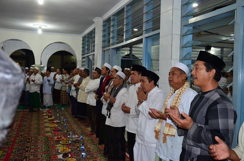 RELIGIUS : Para jamah Fosma sedang khusuk mengikuti kegiatan pengajian bulanan di Masjid Al Ittihad, RT1/4 Kelurahan Boponter, Cipayung kemarin.