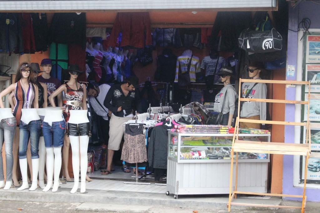 BELUM DITINDAK: Imigran asal Timur Tengah dibiarkan membuka butik di Desa Batulayang, Kecamatan Cisarua.