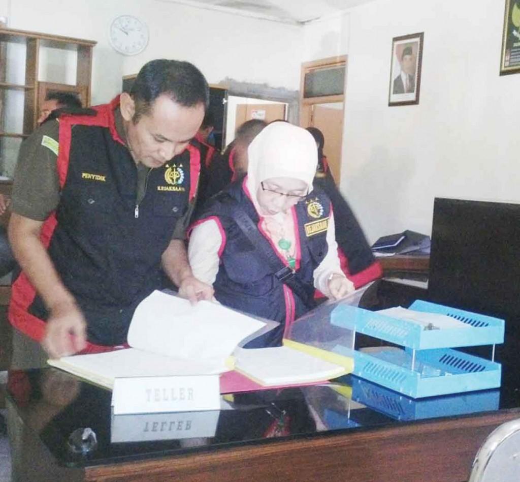 BARANG BUKTI: Penyidik Kejari Sukabumi mengamankan dokumen -dokumen saat penggeledahan di Kantor Kohippi Jalan Karamat No.76 RT 005/004, Kelurahan Karamat, Kecamatan Gunungpuyuh
