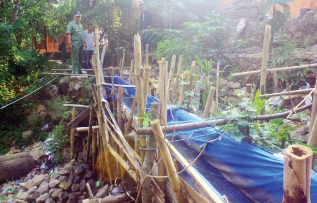 RUSAK: Somang atau bendungan penyaluran air yang dibangun warga di Kampung Cilisung Rt 3/8 rusak, akibatnya ratusan sawah gagal panen.