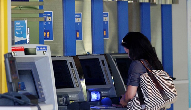 Transaksi di anjungan tunai mandiri (ATM)