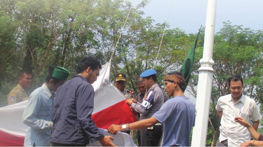 SAKRAL : Sejumlah aktivis HMI Komisariat STISIP WPM dibantu Kasat Intelkam Polres Sukabumi, Dadang dan kanit Lantas Polsek Palabuhanratu, Ipda Nandang memperbaiki hingga mengibarkan kembali bendera merah putih yang sebelumnya berkibar terbalik.