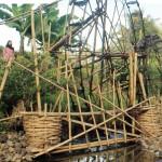 TRADISIONAL : Seorang warga menunjukan kincir air tradisional yang terletak di Kampung Palagantiga, Desa Bojongtipar, Kecamatan Jampang Tengah, Kabupaten Sukabumi, minggu (25/7)