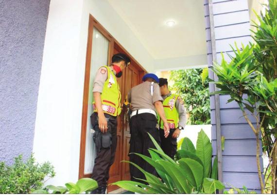 PATROLI: Kabag Ops Polres Sukabumi Kota Kompol Agus Jamaludin mendatangi pemilik rumah yang akan pergi mudik di kawasan Pesona Cibereum Permai.
