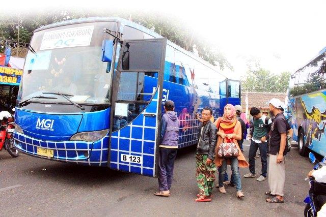 SIBUK MUDIK: Sejumlah pemudik mulai membanjiri Terminal Bus Sudirman, Kota Sukabumi. FOTO:WIDI/RADAR SUKABUMI