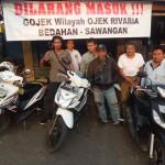 LARANGAN : Anggota Jarod saat mangkal di Pangkalan Ojek Jarod pintu masuk Perumahan Rivaria Kelurahan/Kecamatan Sawangan, kemarin.