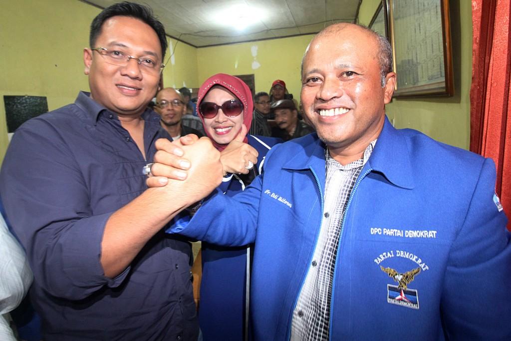 BERSATU: Fungsionaris Partai Demokrat Edi Sitorus (kanan) bersama calon wakil walikota Depok Pradi Supriatna.