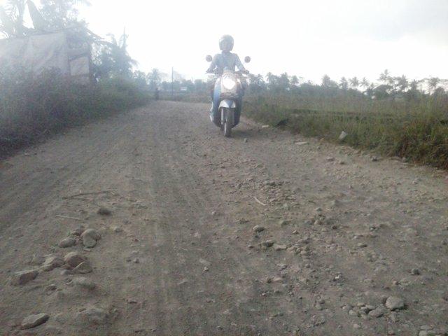 MIRIP SUNGAI KERING: Jalan yang menghubungkan Kecamatan Cibeber dan Warungkondang belum pernah diperbaiki dalam kurun waktu lima tahun.