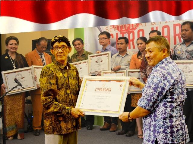 Harry M Sastrakusumah saat menerima penghargaan.