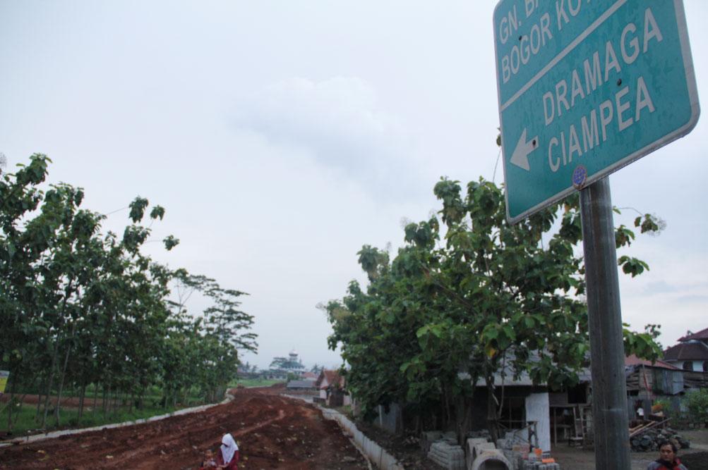 MANGKRAK: Proyek pembangunan Jalan Lingkar Dramaga yang hingga kini, belum diketahui kapan akan tuntas.