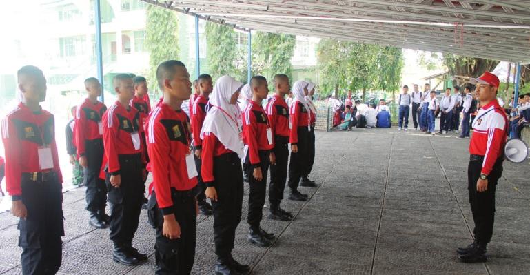 BUBAR JALAN: Pasukan Pengibar Bendera (Paskibra) Kabupaten Sukabumi yang telah selesai melaksanakan tugas pengibaran bendera di Alun-alun Palabuhanratu, saat membubarkan diri.