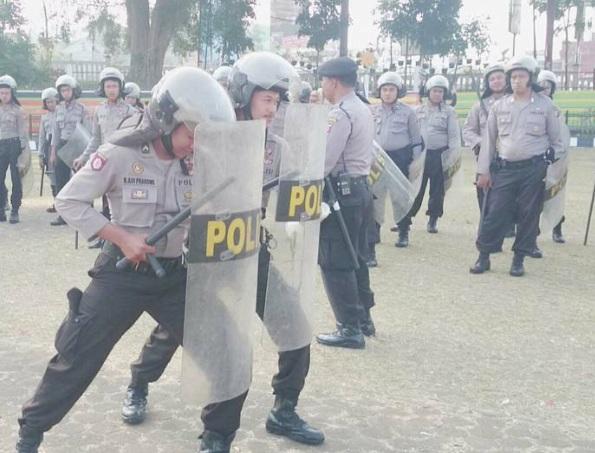 PERSIAPAN: Anggota Dalmas Polres Sukabumi Kota saat berlatih dalam mengendalikan massa pada pilkada serentak Desember mendatang di Lapang Merdeka Kota Sukabumi.