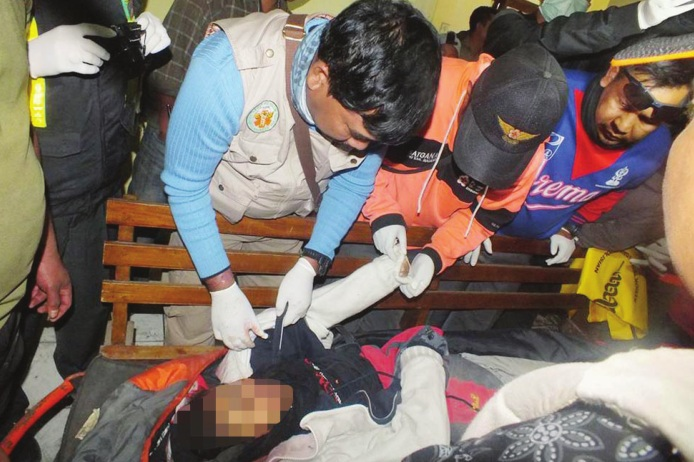 Tim PMI Kabupaten Malang mengevakuasi jenazah Dania.