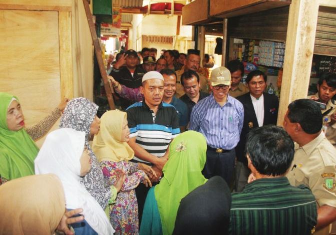 MENGELUH: Sejumlah pedagang mengeluh kepada Walikota Sukabumi, M Muraz, saat meninjau lokasi penampungan sementara Pasar Pelita