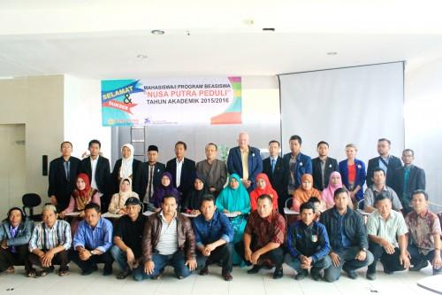 FOTO BERSAMA : Ketua STT Nusa Putra, Kurniawan, foto bersama dengan para orang tua mahasiswa yang menerima beasiswa dari kampus.