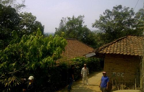 TERTINGGAL: Suasana Kampung Nyalindung RT 3/14 Desa Kebonmanggu Kecamatan Gunungguruh yang belum teraliri listrik. Di kampung tersebut terdapat 27 rumah tanpa listrik.