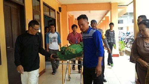 HARU:Jasad Fauzan saat dibawa pihak keluarga dari Kamar Mayat (KM) RS BLUD Sekarwangi, Cibadak, Kabupaten Sukabumi. Siswa SMP ini menjadi korban tenggelam di sungai Leuwibuleud.