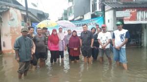 TURUN : Wakil Ketua DPC Demokrat Kota Bekasi, Ronny Hermawan tengah turun ke Dapilnya yang mengalami kebanjira.