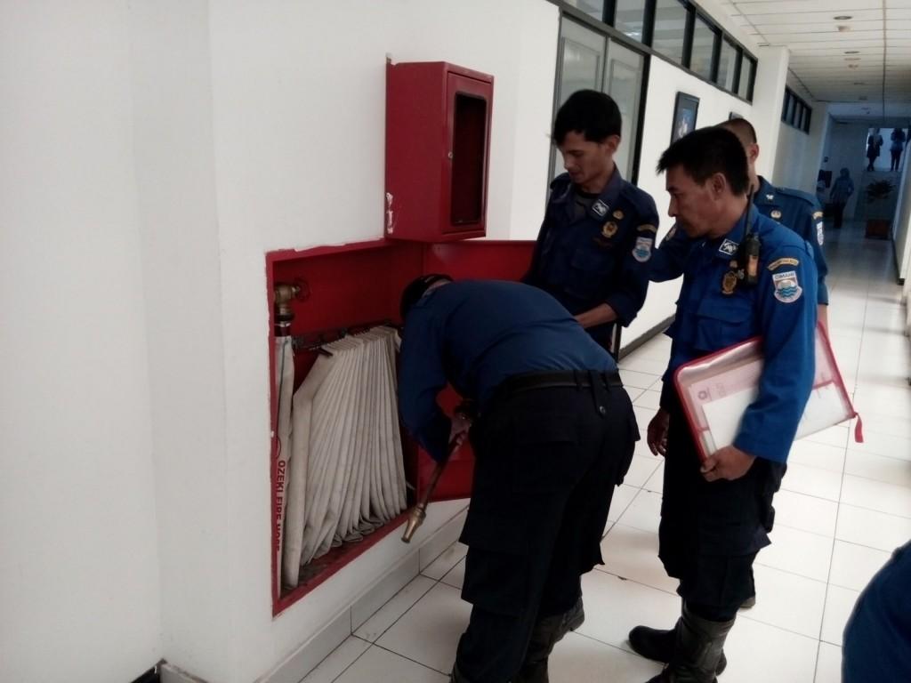 MEMERIKSA: UPTD Damkar Kota Cimahi melakukan pemeriksaan Alat Pemadam Api Ringan (APAR) di gedung Pemerintah Kota Cimahi Jln. Demang Hardjakusumah, Kamis (1/10/2015).