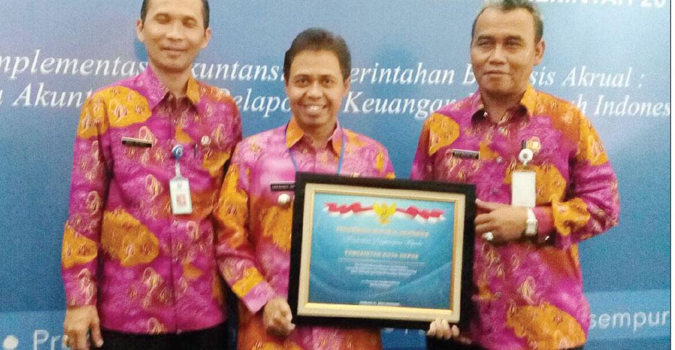 TERIMA: Walikota Depok kembali menerima penghargaan dari Menteri Keuangan di gedung Dhanapala Jakarta, (02/10). Penghargaan yang diberikan kepada kota dan kabupaten yang Laporan Keuangan Pemerintah