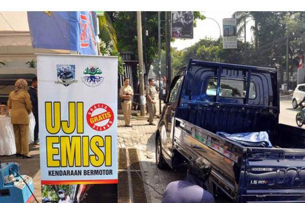 Petugas saat melakukan uji emisi kendaraan.  Kantor Lingkungan Hidup Cimahi akan mengarahkan kendaraan dinas yang tidak lolos uji emisi agar tidak diparkir di halaman komplek pemkot Jalan Cihanjuang.