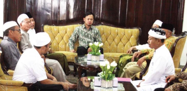 SERIUS: Walikota Bogor Bima Arya saat berdiskusi dengan ulama dari Bogor Barat di rumah dinasnya, Minggu (18/10/2015).