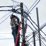 PERBAIKI KABEL: Petugas PLN tengah memperbaiki kabel listrik di Bekasi Utara seiring kerap terjadinya pemdaman listrik bergilir di Kota Bekasi.FOTO: ARIESANT/RADAR BEKASI