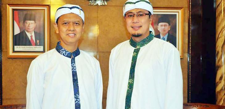 FOTO:IST  PROFESIONAL: Walikota Sukabumi M Muraz (kiri) dan Wakil Walikota Sukabumi, Achmad Fahmi kompak mengenakan pakaian koko yang dipadukan dengan batik di Balaikota Sukabumi.
