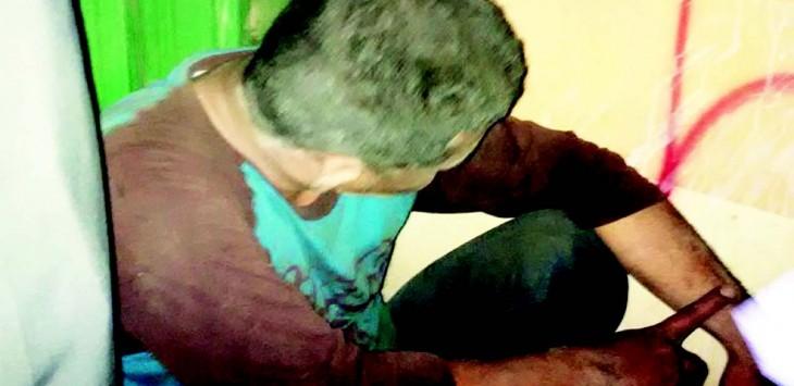 BIAR KAPOK: Pelaku begal motor, Benhat Harjono Silalahi (28) meringkuk di pojokan sebuah ruko kawasan Sukatani, Tapos, kemarin. Warga Jalan Tlajung RT 2/18 Kecamatan Gunungputri, Bogor itu babak belur usai dipukuli warga.(INSERT) Identitas pelaku.