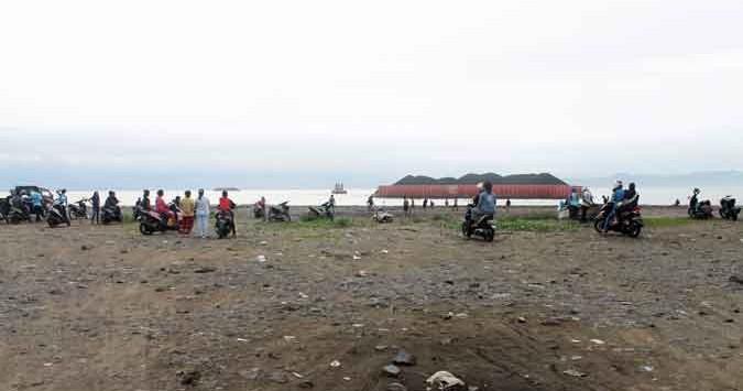 foto : usman/radarsukabumi NONTON: Sejumlah warga berdatangan menonton kapal tongkang yang terdampar di pesisir Pantai Cipatuguran, minggu (20/12).