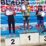 NAIK PODIUM: Atlet sepatu roda Kota Bekasi, Radika Rais, Elvio, unjuk medali emas, saat menaiki podium kejuaraan sepatu roda B Blades Open 2017.FOTO:IST/RADAR BEKASI