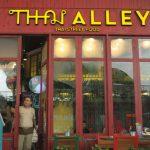 KHAS THAILAND : Pengunjung terlihat menunggu pesanan makanan khas Thailand yang disajikan Restoran Thai Alley di Summarecon Mall Bekasi. FOTO:ARIESANT/RADAR BEKASI