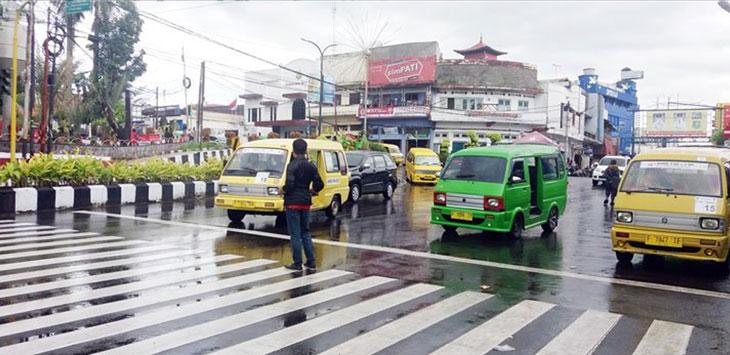 TRANSPORTASI: Angkot antarkota yang tengah menarik penumpang di Jalan Ahmad Yani Kota Sukabumi. FOTO: DASEP/RADARSUKABUMI