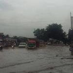 Jl. Raya Rancaekek, Bandung, Jawa Barat atau depan Kahatex dan Vonex padat dampak dr banjir setinggi +-20 cm. Foto: Twitter/Polda Jabar