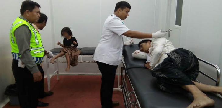 Anwar dan putrinya sedang mendapat perawatan dari dokter di RSUD Arjawinangun Cirebon. Satu keluarga ini alami kecelakaan akibat sarung Anwar nyangkut di rantai motor. Foto: radar cirebon
