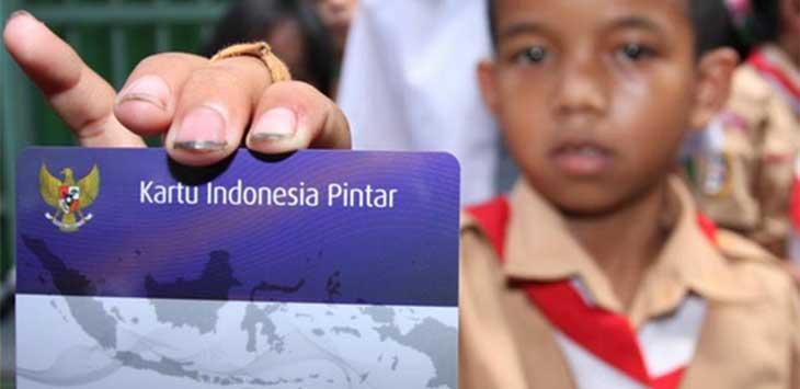 PERLIHATKAN: Seorang anak memperlihat kan kartu Indonesia Pintar yang merupakan program pusat. Ist