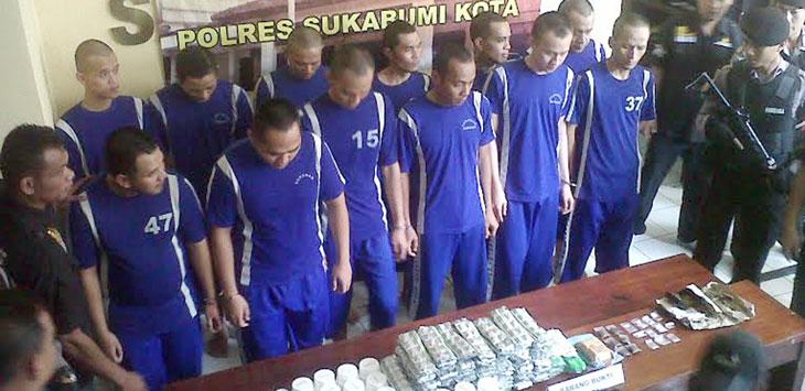 FOTO: DIANA/RADAR SUKABUMI DIAMANKAN: Pelaku dan barang bukti yang diamankan petugas Polresta Sukabumi, pada rilis yang digelar di Halaman Polresta Sukabumi Jalan Perintis Kemerdekaan No 10 Sukabumi, Rabu (8/3/2017).
