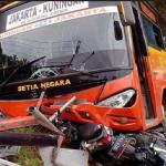 Bus Setia Negara menghantam sepeda motor di daerah Gronggong, Kabupaten Cirebon, Sabtu (4/3/2017) sore. Foto: ist