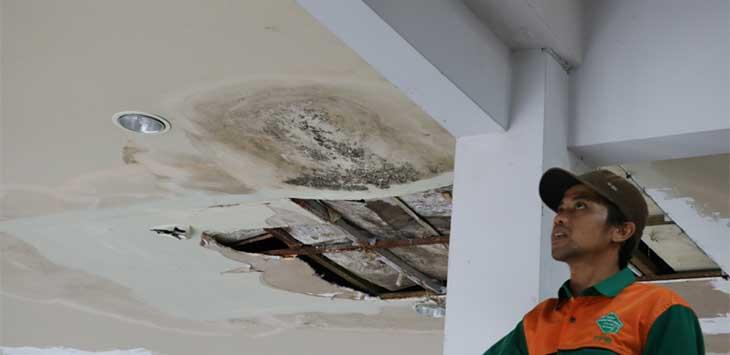 TETAP BOCOR: Meski sudah berulang kali melakukan perbaikan pada plafon yang bocor, kebocoran tetap saja terjadi di atas Masjid Raya Bogor. FOTO : Kelik / Radar Bogor.
