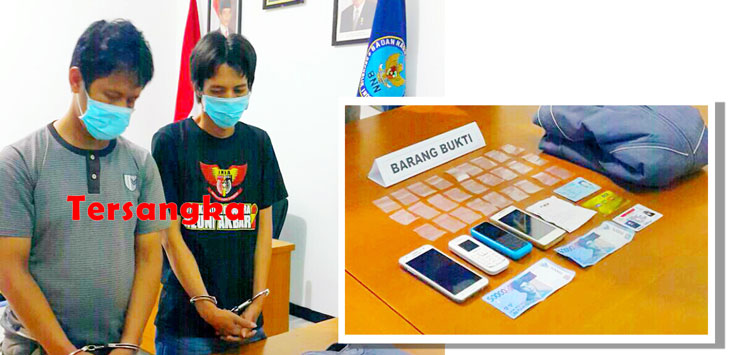 DIBEKUK: Dua orang tersangka pengedar narkoba EY dan UA difoto bersama barang bukti saat berada di ruang lidik BNNK Kabupaten Sukabumi, Selasa (9/3/2017). FOTO:  BNNK/SUKABUMI