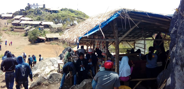 DISERBU: Puluhan wisatawan domestik saat berkunjung ke objek wisata Karang Para yang berlokasi di Desa Kebonmanggu, Kecamatan Gunungguruh. FOTO: DENDI/RADAR SUKABUMI