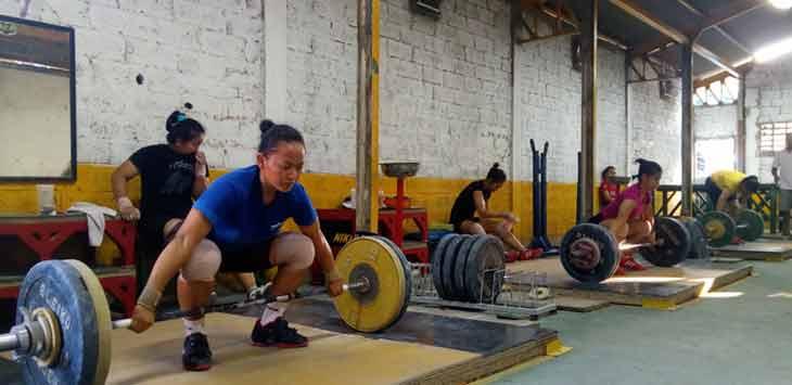 Atlet PABBSI Kabupaten Bekasi saat menjalani latihan. Kondisi peralatan yang usang menghambat latihan mereka jelang babak kualifikasi (BK) Porda XIII .